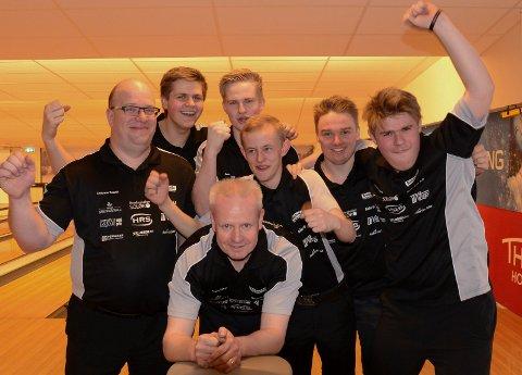 GULLGUTTA: Solør BK vant eliteseriegullet med god margin. Foran lagkaptein Gjermund Mathiesen, fra venstre Jan Cato Sparby, Jørgen Mathiesen, Jens Mathiesen, Alexander Beck, Andreas Skoglund og Jonas Dammen.