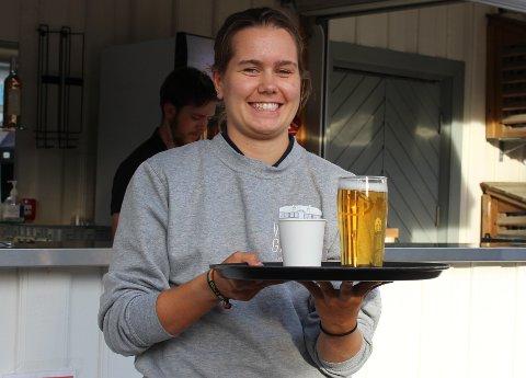 Ylva Tonning serverer gjestene ved bordene under konsertene på Wrightegaarden.