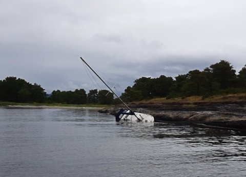 Brannvesenet og havnevesenet etterlyser eieren av seilbåten som har gått på grunn.