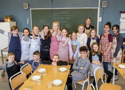 STOR DELTAKELSE: Elisabeth Holm (bakerst) var storfornøyd med å se at så mange dukket opp til matkurs i påskeferien.