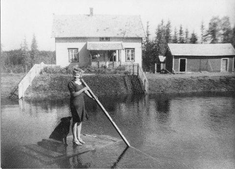 Bildet viser Molla på flåte foran maskinistboligen i «fossen».