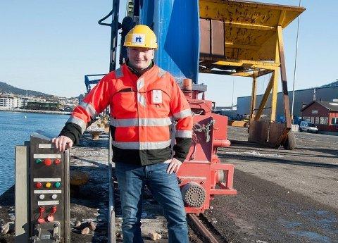 Daglig leder Alf A. Øverli ved Rana Industriterminal AS foran den ene av to kontaktstasjoner til landstrømanlegget.