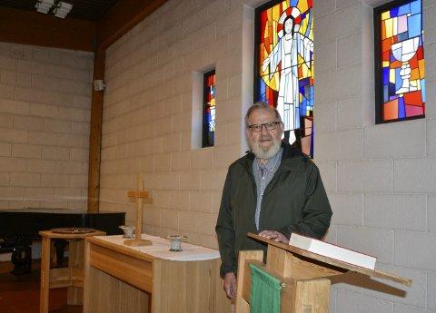 KOMITÉLEDER: Svein Erik Sandvold tegnet prekestolen, alteret og døpefonten på kirkesenteret i Moelv.