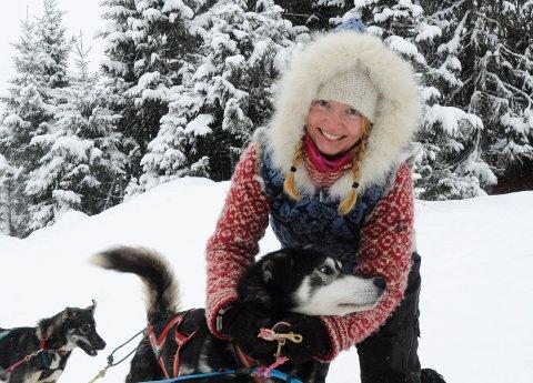 LEDER FOR SPLITTER NY KLUBB: Siri Christine Fredriksen i Lismarka vil samle hundekjørerne som bruker Ringsakerfjellet. Her seler hun på hundene sine ved Finnøla i Ringsaker almenning.