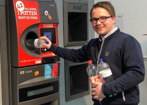PANTESUKSESS: – Det er viktig at plastflasker ikke kommer på avveie og bra for miljøet at så mange panter, sier butikksjef Steffen Tveter ved Rema 1000 på Eikli.