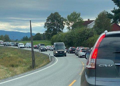 ULYKKE: Trafikken sto stille på Tyristrand etter at fire biler var involvert i en ulykke fredag ettermiddag. Veien er åpen igjen.