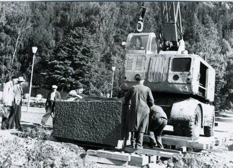 63 ÅR SIDEN: Sokkelen til Rallarmonumentet heises på plass.  i Rallarparken. (Foto : Alfred Holtan/NIA)