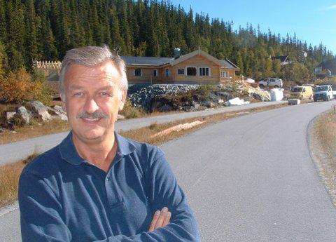 20 ÅR: I  2000 inngikk investorene Halvard Flatland og Arthur Buchard en avtale med grunneierne  vest i  Kvitåvatnområdet. Men først bygde de minihoteller og leilighetsbygg i øst. Her fra høsten 2004.. Investorene er fortsatt i Tinn.