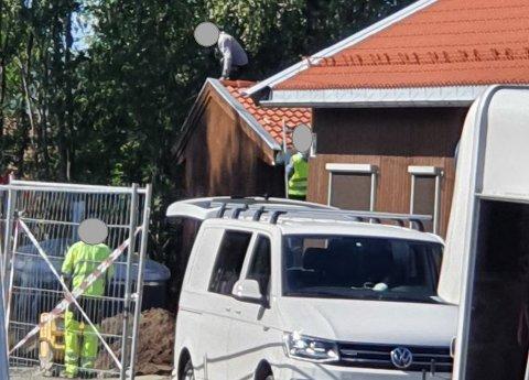 UTEN SIKRING: Da Arbeidstilsynet kom på uanmeldt tilsyn ved denne byggeplassen, merket de seg at det ble arbeidet på et tak uten sikring. Bildet er sladdet av Arbeidstilsynet.