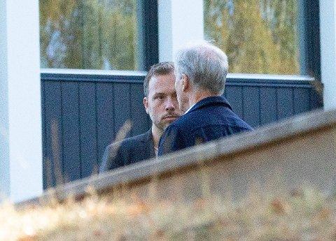 SV-leder Audun Lysbakken og Ap-leder Jonas Gahr Støre i fortrolig samtale utenfor Hurdalsjøen Hotell, hvor de tre rødgrønne partiene er samlet til sonderinger torsdag.