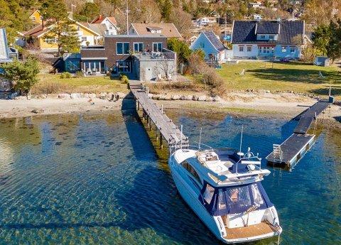 SELGES: Egen strandlinje og brygge gjorde nok sitt for salgssummen i 2017. Nå er boligen til salgs igjen.