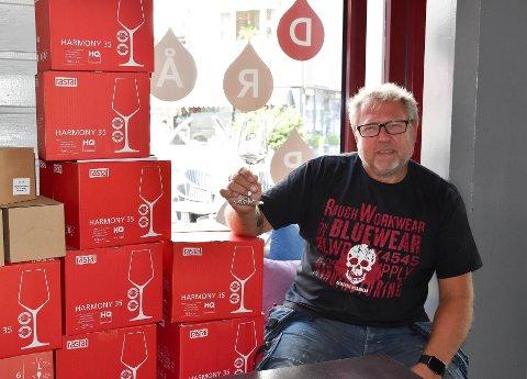 NYE DRÅPER: – Nå er det straks klart for åpning, sier bareier Lasse Eknes. Da blir det nye dråper i glassene i Torggata 28. FOTO: Vibeke Bjerkaas