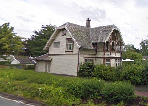 Denne villa ved Jærveien, ikke langt fra Bruelandsenteret ligger for salg.