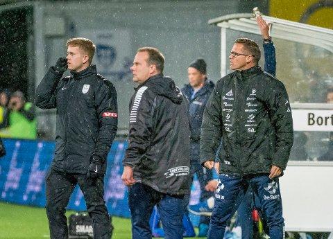 TEST: Sarpsborg 08-trenerne Geir Bakke  og Tom Freddy Aune tester sine spillere mot 2. divisjonslaget Skeid i kveld. Kampen ser du direkte på sa.tv.