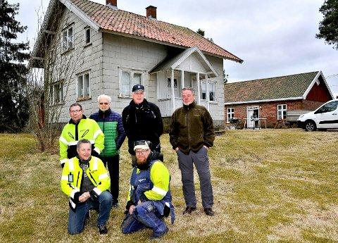 Varteig historielag.  Varteig meieri. huset bak skal restaureres, på bildet : Per Arild Gulichsen,Kjell Lunde, Kai Rød, Christer Lunde,Isak Lunde og Gunnar Bråthen.