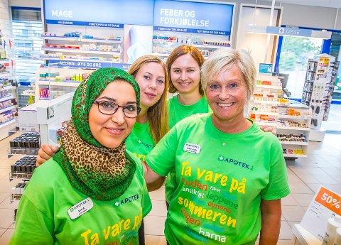APOTEK Daglig leder og apoteker: Bina Qassem (t.v.), Tiril Strømstad, Inger-Marie Vassbotn og apotekteknikker  Mari-Ann Nilsen (t.h.) håper sarpingene kjenner sin besøkelsestid, når de handler på Rema 1000 på Iseveien.
