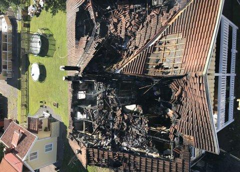 Til alt hell kom familien seg ut i tide, huset ble totalskadet.