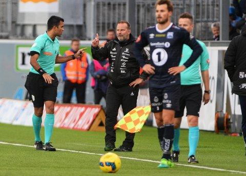 Få kort: Eliteseriedommer Rohit Saggi skal fra neste sesong gi trener Geir Bakke kort som han gjør med spillere og ikke vise rett på tribunen.
