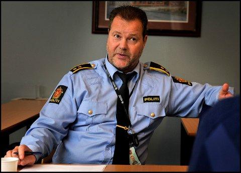 PÅ HYPPIGE BESØK: Roger Bøe ved Sarpsborg politistasjon bekrefter at politiet er på hyppige besøk hos leieboerne, som under et par måneders opphold i Sarpsborg, har gjort seg skyldig i en rekke straffbare forhold. Bøe har ikke noe problem med å forstå at andre i nabolaget føler utrygghet.