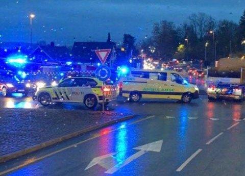 En bil og en moped er involvert i en ulykke på Årum tirsdag morgen. Ulykken har ført til en del trafikale utfordringer på stedet.