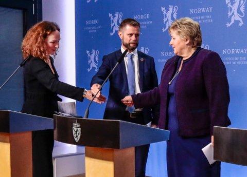 Statsminister Erna Solberg (H) og FHI-direktør Camilla Stoltenberg glemte regelen om ingen håndhilsing under pressekonferansen 12. mars, da mye av Norge stengte ned. Men helseminister Bent Høie husket.