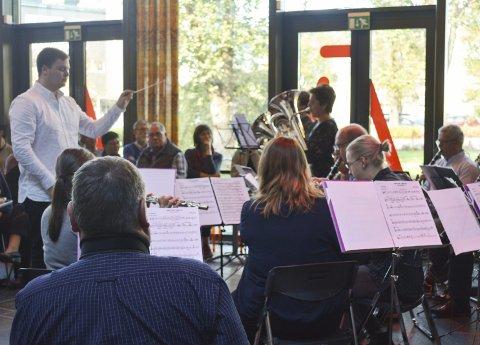 Fornøyd: Aleksander Halsnes Strøm (25) dirigerte sin første konsert med Askim Janitsjar til stor suksess.
