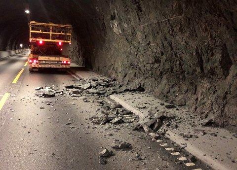 FRÅ VEGGGEN: Steinane har rasa frå tunnelveggen i Flenjatunnelen og velta ut i vegen. Det er ikkje meld inn skade på køyretøy.