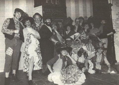 """1987/1988: """"My Fair Lady"""" er en av de største suksessene for Sparbu Teaterlag gjennom tidene. I løpet av 30 forestillinger fikk rundt 7.500 publikummere med seg historien om Eliza Doolittle (Kristin Haug) og professor Higgins (Frode Davidsen)."""
