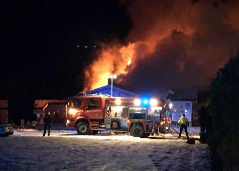 Fire personer greide å redde seg ut av det brennende huset.