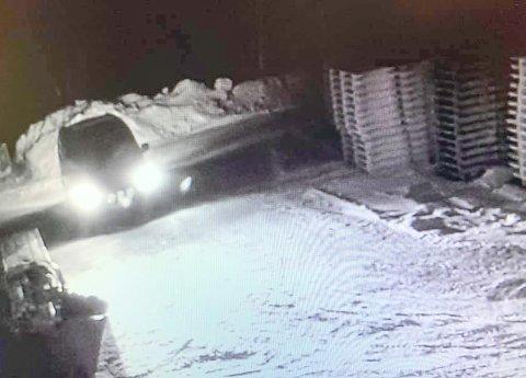 HAR IKKE MELDT SEG: Sjåføren i varebilen lette seg frem til den tørreste veden og stjal med seg 27 sekker fra Drangedal produkter.
