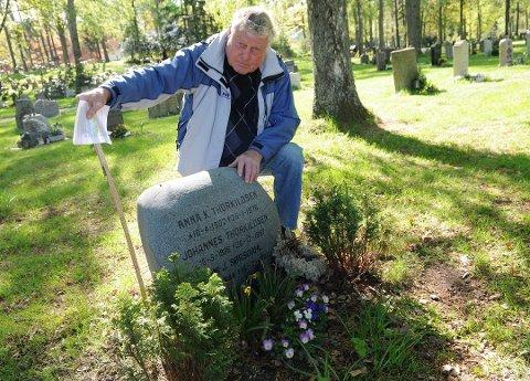 SKUFFET: Arnt Sørsdahl viser klart og tydelig at hans planter er under 70 centimeter. Graven er omtrent en halv meter, plantene litt lavere enn det. Der hvor han holder papirarket er 70 centimeters-merket. Foto: Even Berthelsen