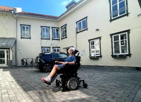 VIL BORT: Anne-Sophie Elverhøy-Bakke (70) har Skien Diakonale senter som nærmeste nabo. Nå orker hun ikke mer og vil flytte.