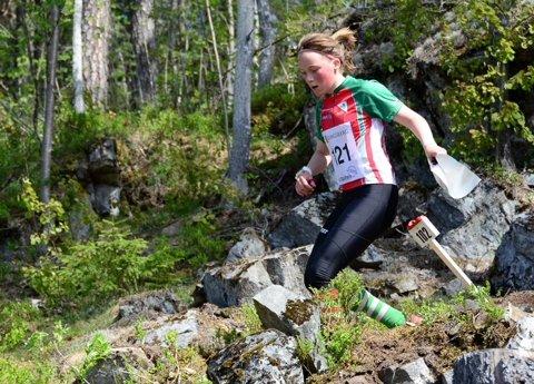 GULL I HOVEDLØPET: Synne Sandven fra Notodden orienteringslag (her i midten) løp inn til seier i D16 på sprintdistansen i Hovedløpet, som ble arrangert i Levanger sentrum. Dermed har hun vunnet sprinten i Hovedløpet for tredje året på rad.