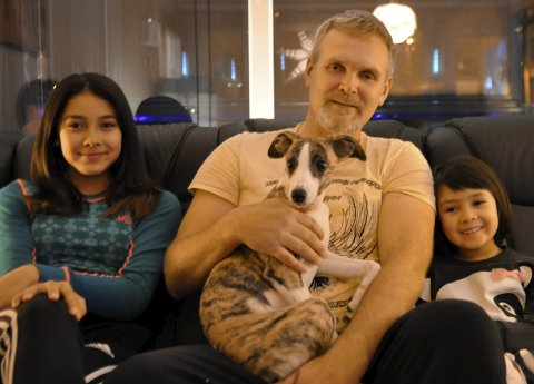 Familiekos: Ole Roger Anundskås og jentene Stine (t.v.) og Celine spleisa på hunden Rubi. Nå har de en felles venn.