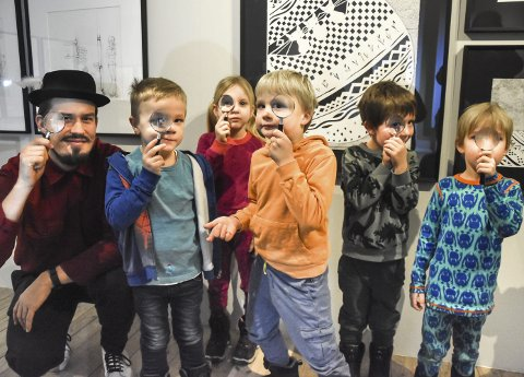 DETEKTIVER: Formidler Jon Harald Aspheim tok med seg Tim Søndergaard, Elina Tjernsmo Haugerud, Heine Bø Eie, Sindre Landsverk og Monty Jørgensen Lennon på detektivjakt i det lille galleriet.