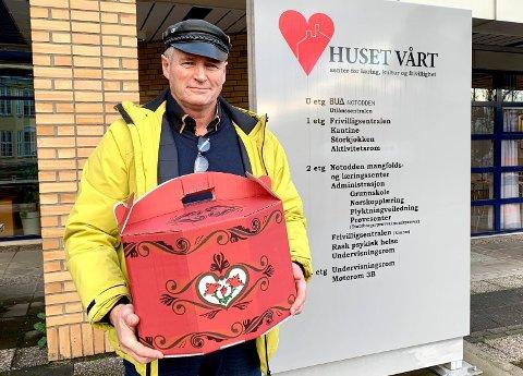 JULEMAT NISSE: Arvid Løver syntes det er en fin juletrasisjon å bistå Frivilligsentralen med leveranse av julematesker. Selv representerer han Lions Club.
