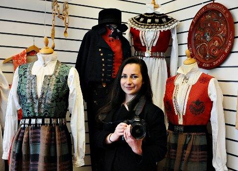 Karolina Gorzelanczyk er begeistret for norske bunader. 17. mai skal hun fotografere i Kristiansund.