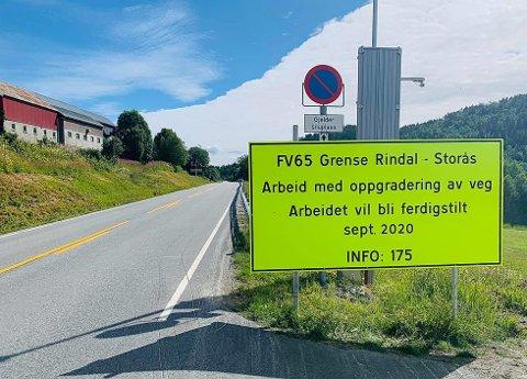 NATTESTENGT: Fylkesvei 65 på strekningen Rindal-Storås er nattestengt fra 21.00 til 05.00 mandag til natt til fredag. På dagtid er det lysregulering og nedsatt hastighet til 50 kilometer i timen. Strekningen gjennomgår en etterlengtet og nødvendig oppgradering, der det blant annet kommer ny asfalt på lange strekninger.