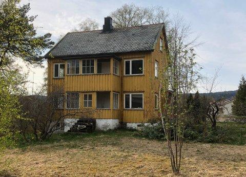RIVES: Det eneste noenlunde sikre er at dette huset rives. Spørsmålet er om det blir leiligheter, enebolig(er) eller ingen ting på eiendommen Moavegen 21 i Surnadal.