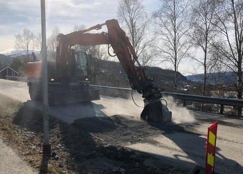 OPPRUSTES: Den sterkt trafikkerte kommuneveien gjennom Modalen i Surnadal får seg et løft med ny asfalt torsdag og fredag. Her freses asfalten ved en av fartshumpene og klargjøres til re-asfaltering.