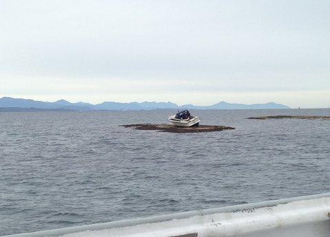 Fritidsbåten fikk store skader da den grunnstøtte utenfor Edøya. Ingen personer kom til skade.