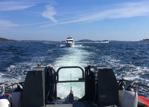En fritidsbåt måtte dras til land da den fikk motorhavari utenfor Hvaløy søndag ettermiddag.