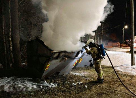 Her er brannvesenet i innsats. Heldigvis var det aldri spredningsfare.