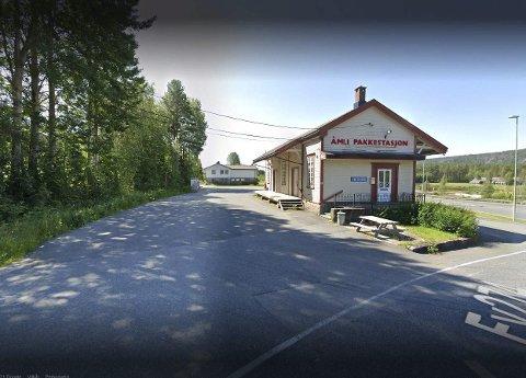 To plasser: Bak Åmli Pakkestasjon er det planlagt to nye bobilparkeringsplasser. foto: Faksimile google earth