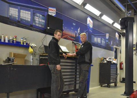 Ny hverdag: Verkstedet ved Vang Auto-Service er siste året totalrenovert. Det har gitt mekkegutta Christer Fredriksen (t.v.) og Ivar Jonny Søndrol en lys og trivelig arbeidsplass.