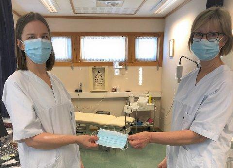 ENGANGSMUNNBIND: Sykepleierne Ragnhild Westerbø t. v. og Reidun Hosen demonstrerte og forklarte hvordan en får best beskyttelse når en bruker engangsmunnbind.