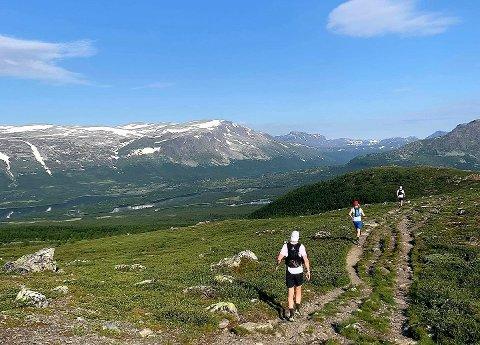 Vaset: Team Ultra Valdres kaller de seg, løperne fra Valdres som skal løpe 100 kilometer i helga. Men, det er også flere andre valdriser på startstreken. De er i gang når du sover, klokka 04.00 lørdag morgen.