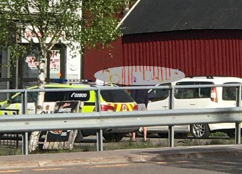 AKSJONERTE:Fra torsdagens politiaksjon utenfor Åneby Pizza & Grill.