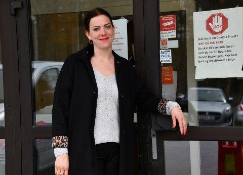 Test- og smittesporingssenterets nye leder Kajsa Rosén, reiste ofte hjem til Linköping for å besøke familien. Det har hun ikke fått gjort på halvannet år på grunn av pandemien. - Det er et savn, sier hun.