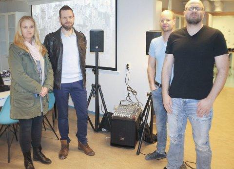 Bli lyd: Line Rugsveen og Frode Risan var torsdag innom med lydutstyr til Tynset Teknolab her ved Rune Brekken og Jonny Wahlvåg, til høyre.